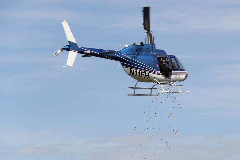 昨年のイベントで、ヘリコプターからカラフルなイースターエッグを落とす様子(写真:メトロコミュニティー教会)<br />