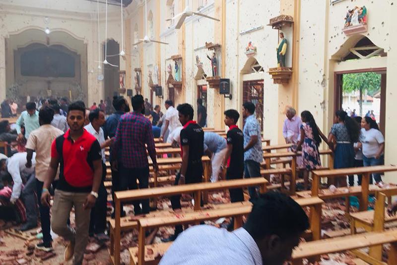 爆発の被害に遭ったスリランカ西部ネゴンボの聖セバスチャン教会内の様子=21日(写真:同教会のフェイスブックより)<br />
