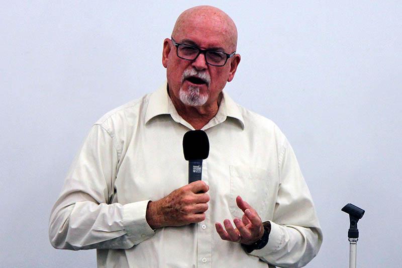 講演するダン・フィンフロック氏=6日、東京・国分寺労政会館で