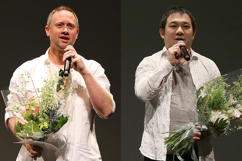 最優秀作品賞(30分以下)を受賞した米国のイアン・エブライトさん(左)と、観客賞を受賞した長尾淳史さん。最優秀作品賞(15分以下)を受賞したガーナのラメッシュ・ジャイさんは今回、来日はならなかった=11日、北沢タウンホール(東京都世田谷区)で<br />