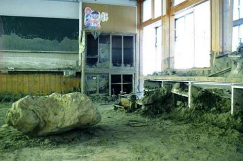 乙石(おといし)川上流から流れてきた大きな石や土砂が入り込んだ松末小学校の教室=2017年8月21日