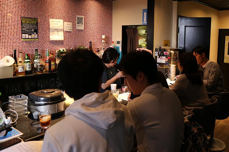 東京・歌舞伎町のイベントバー「Kisi」で開かれた「ひきこもりと哲学Bar」=5月19日