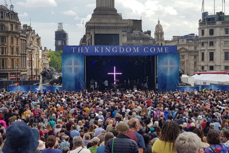 人々で埋め尽くされたロンドンのトラファルガー広場(写真:All Saints, Fulham)