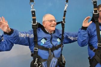 ノルマンディー上陸作戦で落下傘部隊に所属 95歳の救世軍中将、75周年記念でスカイダビング