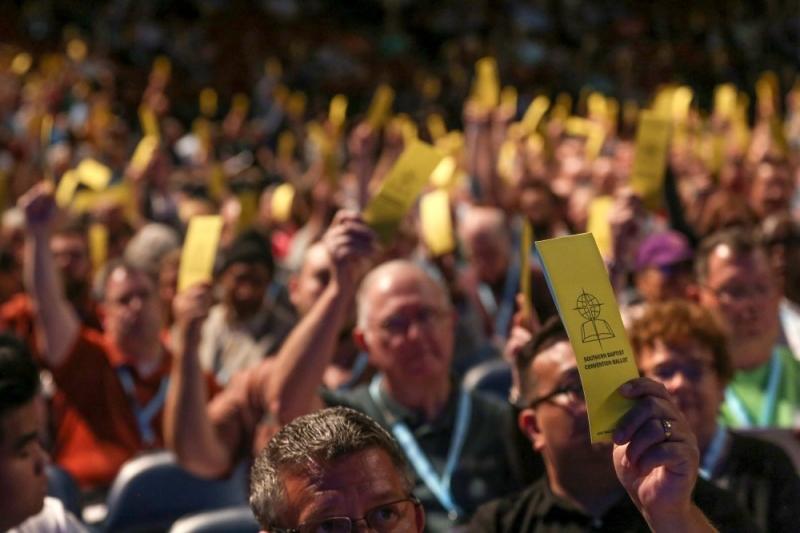 南部バプテスト連盟の年次総会が開かれ、9千人近くの代議員が、人種差別で告発された教会や、性的虐待に対して適切な対処を怠った教会を除名することを定めた教憲の修正案に賛成票を投じた=11日、アラバマ州バーミンガムで(写真:Van Payne)