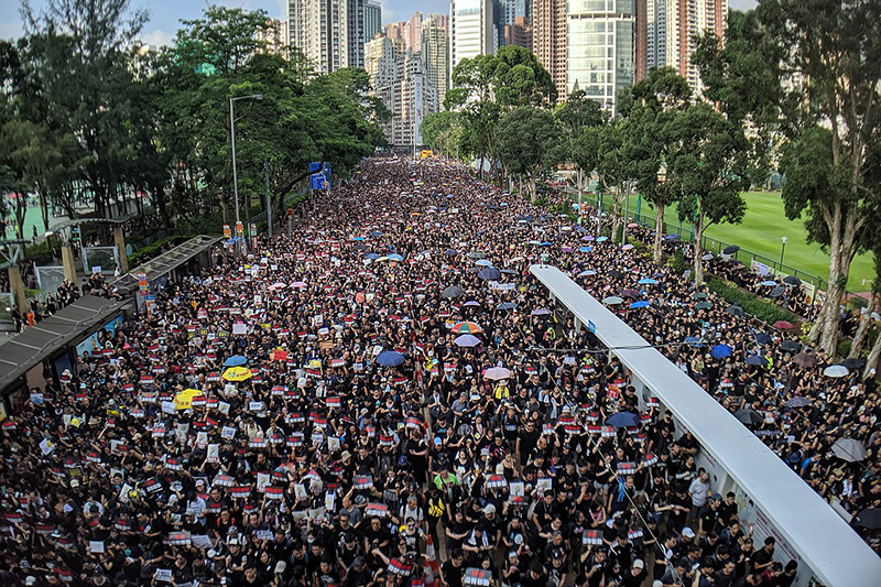 香港中心部で16日に行われたデモ。主催者発表で約200万人(警察発表は33万8千人)が参加した。<br />