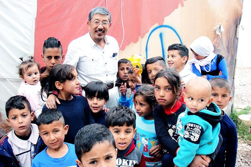 シリアの子どもたちと共に=2018年5月。筆者が会長を務める神戸国際支縁機構では、北部の都市アレッポで孤児院の建設を進めている。