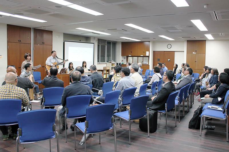 共に賛美をささげる参加者たち=10日、日本福音ルーテル東京教会(東京都新宿区)で