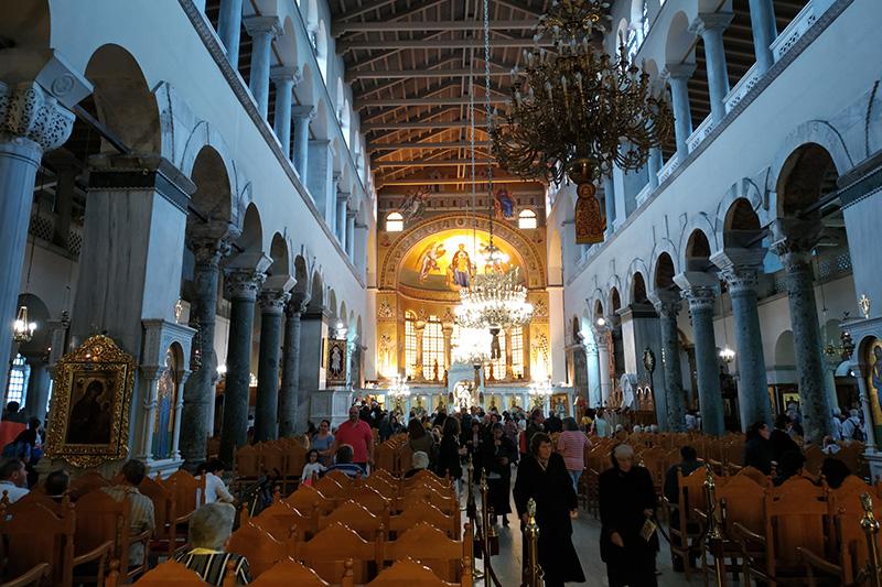アギオス・ディミトリオス聖堂の内部。5世紀中期~後期に創建されたギリシャ正教会の聖堂(現在の聖堂は20世紀に再建された)で、ギリシャ最大のバシリカ式聖堂。1996年には、国連教育科学文化機関(ユネスコ)の世界遺産に登録されている。