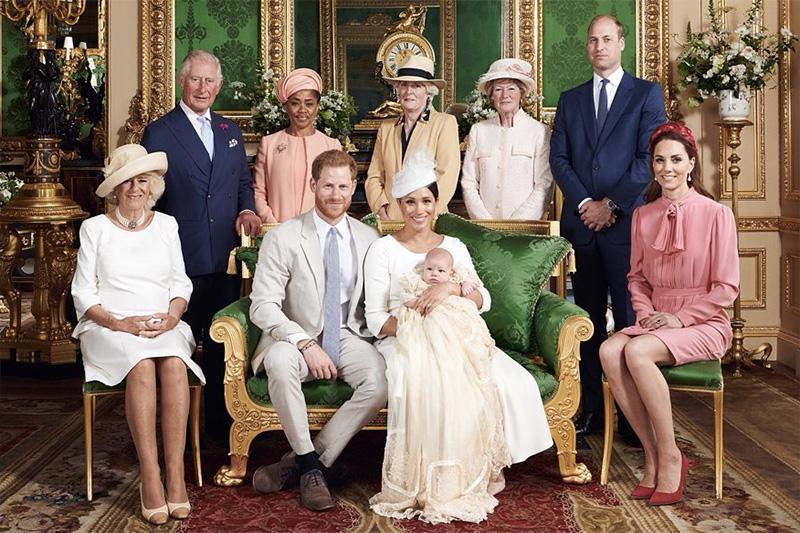 洗礼式後に撮影された記念写真(写真:英サセックス公爵・侯爵夫人〔ヘンリー王子・メーガン妃〕の公式インスタグラムより)<br />