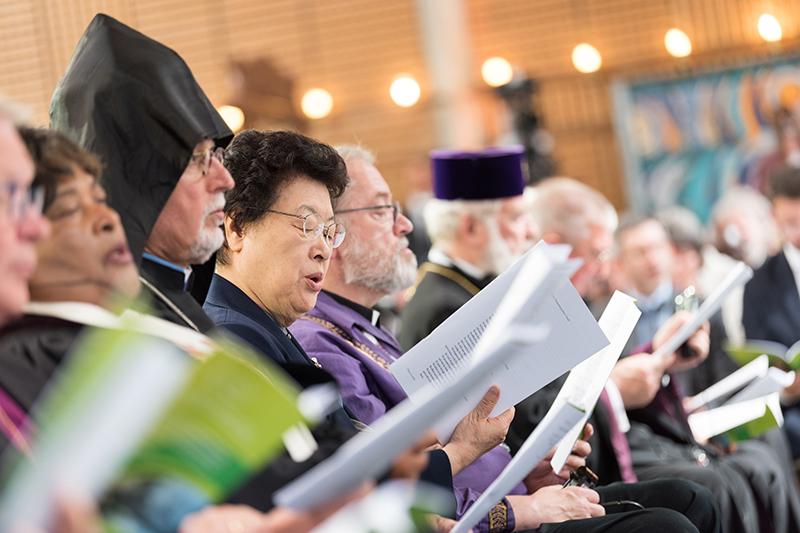 スイス・ジュネーブにあるエキュメニカル・センターのチャペルで、世界教会協議会(WCC)中央委員会の委員らと共に祈るWCCアジア議長の張裳(チャン・サン)牧師(韓国)(写真:WCC / Albin Hillert)