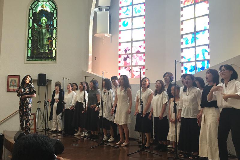 開演30分前からほぼ満席となり、約500人が詰め掛けた礼拝堂には「天使の歌声」が響き渡った=7日、グレース大聖堂(大阪府八尾市)で