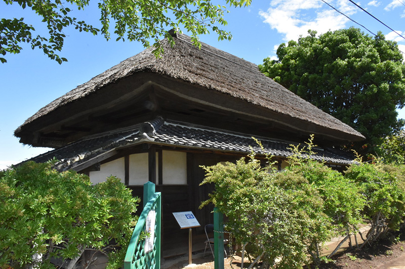 外見は、かやぶき屋根の伝統的な民家そのもの。現存するキリスト教の教会堂としては首都圏最古として知られる「旧手賀教会堂」(千葉県柏市手賀)(写真:同市提供)<br />