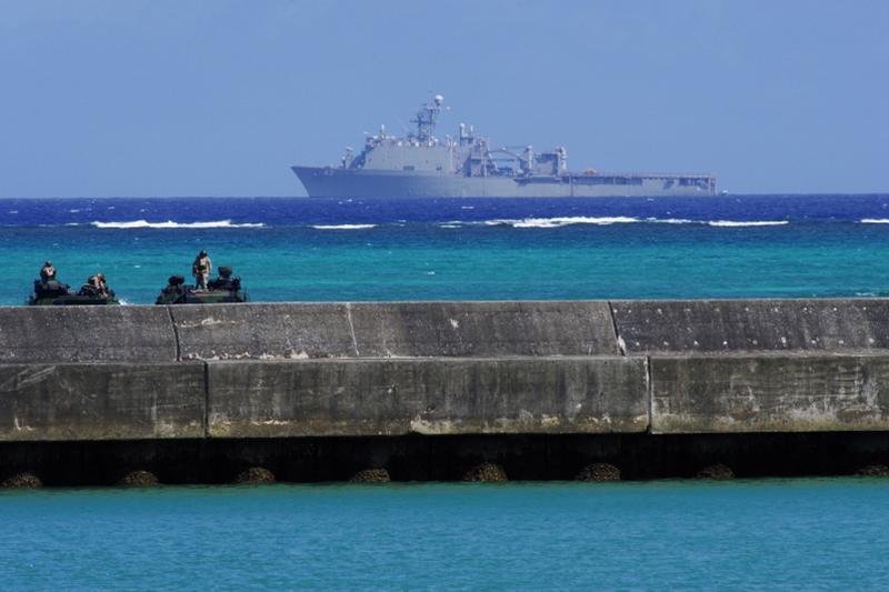 長崎県の佐世保港から来た米海軍のドック型揚陸艦「ジャーマンタウン」(LSD-42)(奥)と、辺野古漁港の護岸付近で待機する水陸両用装甲車2台=7月16日、辺野古の「平和の塔」から撮影(写真:山本英夫撮影、ブログ「<a href='http://ponet-yamahide.cocolog-nifty.com/blog/' target='_blank'>ヤマヒデの沖縄便りⅢ</a>」より許可を得て転載)<br /> <br />