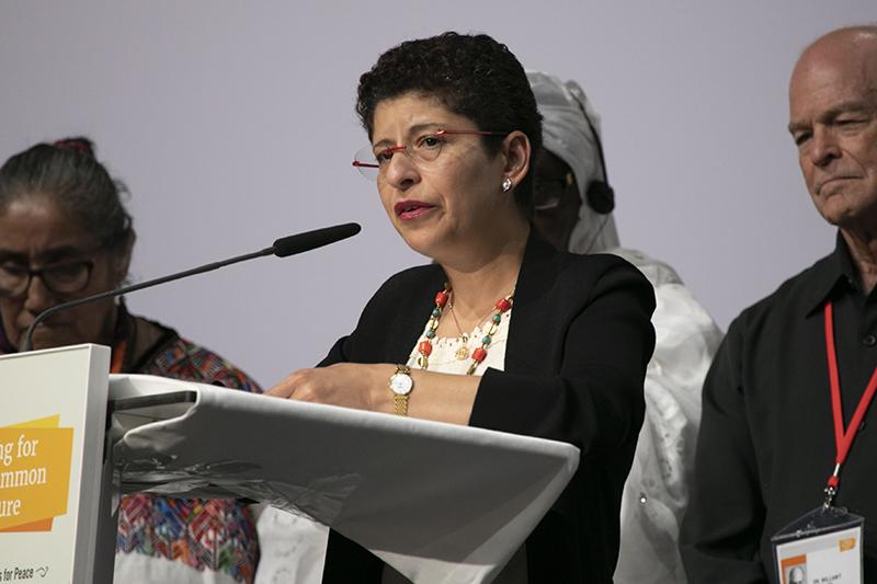 女性として初めて世界宗教者平和会議(WCRP)の事務総長に選出されたアッザ・カラム氏=23日、ドイツ・リンダウの国際会議場「インゼルハレ」で