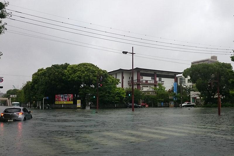 佐賀市内では道路が冠水し、多くの車が、エンジンに水が入り故障したという=28日(写真:佐賀県在住者提供)