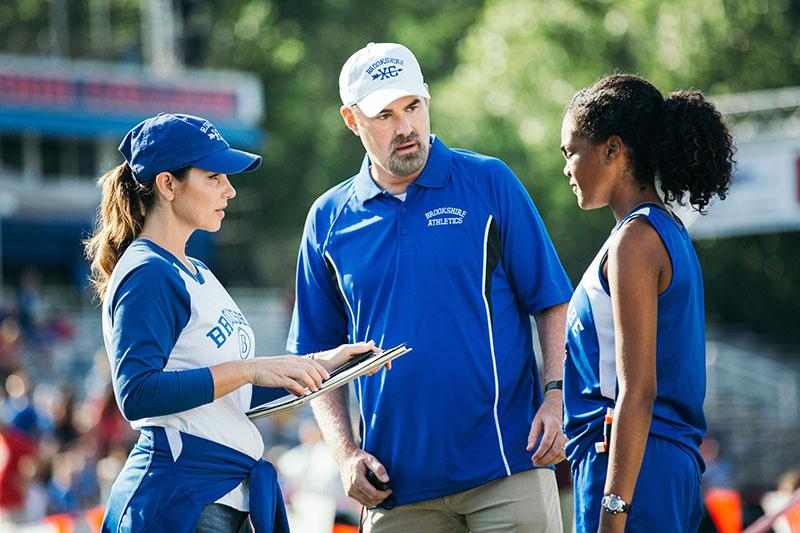 主役のバスケットボール部のコーチ、ジョン・ハリソン(中央)を演じるのは、本作の監督で俳優でもあるアレックス・ケンドリック。ハリソンの妻エイミー(左)は「オクトーバー・ベイビー」のシャリ・リグビーが、ぜんそく持ちの女子生徒ハンナは新人女優のアリン・ライト・トンプソンが演じる。©2019 Sony Pictures Digital Productions Inc.