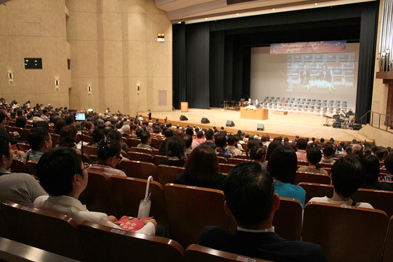 夜の聖会で講演に耳を傾ける参加者たち=18日、新宿文化センター大ホールで