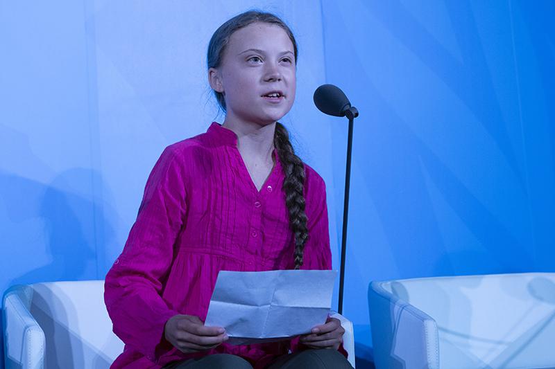 米ニューヨークの国連本部で行われた「気候行動サミット」のオープニングでスピーチするグレタ・トゥンベリさん=23日(写真:UN Photo/Cia Pak)<br />