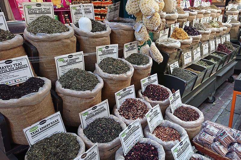 ギリシアの市場にて。伝統的なハーブや茶が今日も並んでいる。
