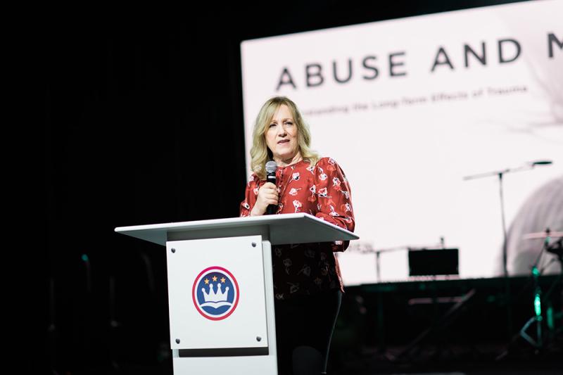 性的虐待をテーマに開催された南部バプテスト連盟(SBC)の大会で講演するサドルバック教会の共同設立者であるケイ・ウォレンさん=3日、テキサス州グレープバインで(写真:SBC倫理宗教自由委員会 / Karen Race)