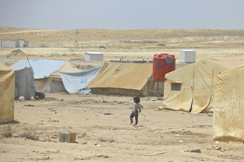 シリア北東部のアルホル難民キャンプの中を歩く少女。同キャンプには7万人以上が避難しており、その9割以上が女性や子どもたちだ=6月16日(写真:国際連合人道問題調整事務所=OCHA / Hedinn Halldorsson、UN News)<br />