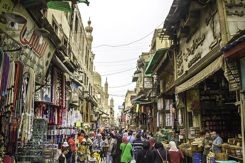 エジプトの首都カイロの旧市街にあるムイッズ通り。イスラム地区にあり、中世イスラムの街並みが色濃く残る。旧市街では最も古くかつ最も長い通りの一つとして知られている=2016年(写真:Omar Attallah)
