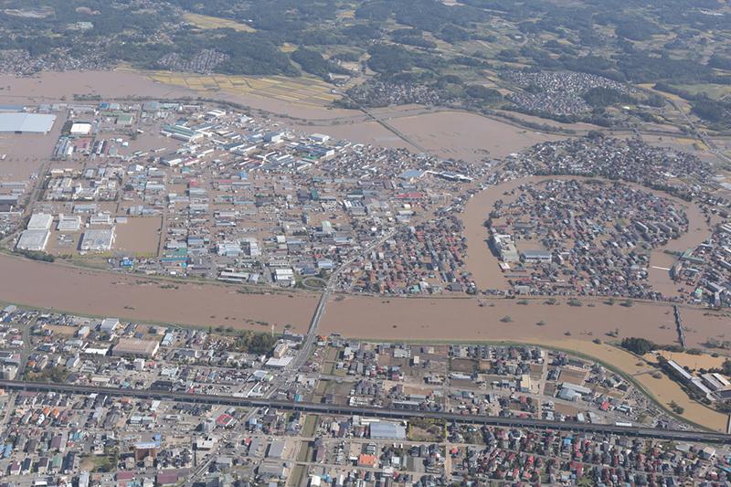 台風19号によって氾濫した福島県郡山市の阿武隈川。川の右岸地域が広範囲にわたって浸水している=13日(写真:国土地理院)