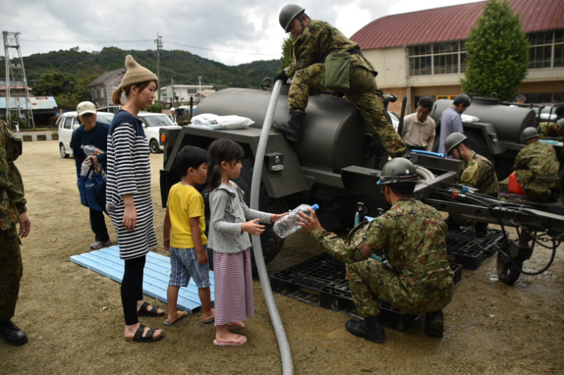 台風19号の被災者に給水支援する自衛隊(写真:防衛省の災害対策用ツイッターより)