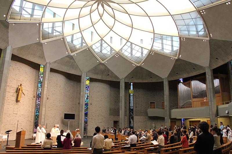 「受刑者のためのミサ」に臨む出席者たち=19日、カトリック麹町教会(聖イグナチオ教会、東京都千代田区)で