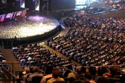 今年13回目を数えるリーダーシップ・サミットには、会場となったウィロー・クリーク・コミュニティー教会に約6000人が訪れ、生中継された講演は世界中の約5万人が聴講した(Christian Post)<br />