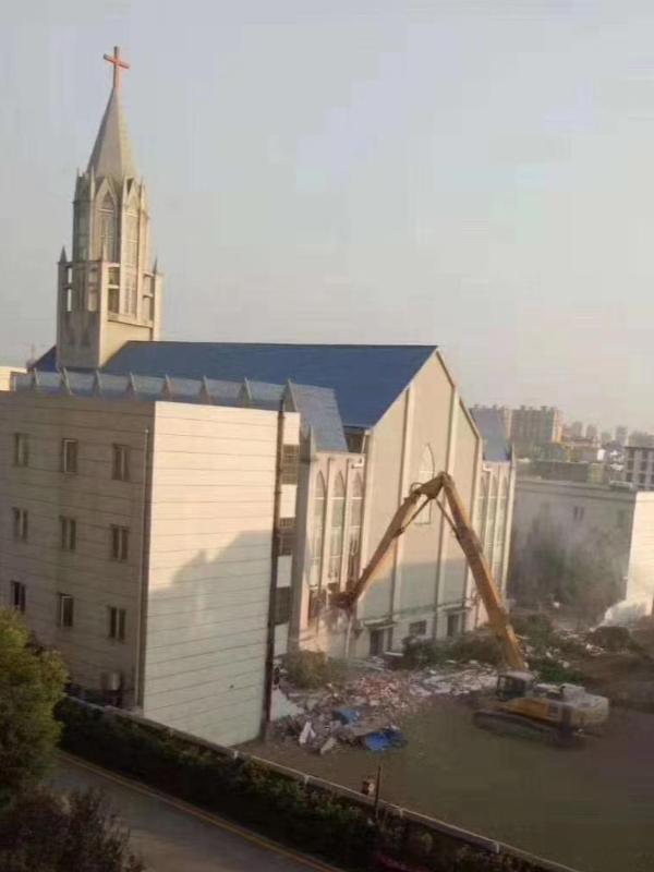 ショベルカーで取り壊される安徽(あんき)省阜南県の教会(写真:チャイナエイド)