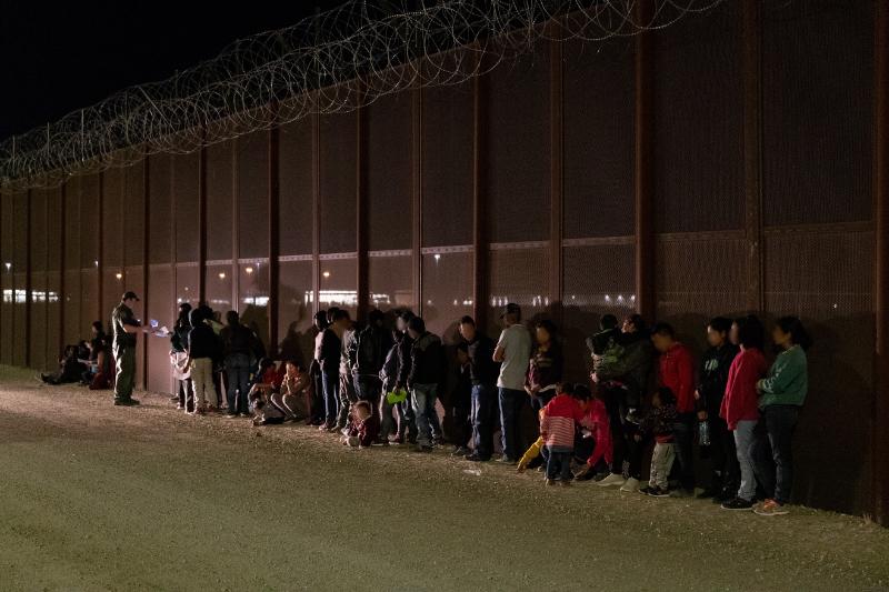 メキシコとの国境を違法に越えて入国しようとしたとして、アリゾナ州ユマ近郊で国境警備隊に拘束された人々。まだ幼い子どもたちの姿も見られる=6月10日(写真:米税関・国境警備局=CBP / Jerry Glaser)