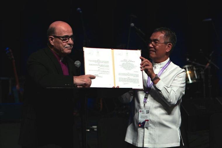 パレスチナ自治政府から受けた認可書を持つ聖地福音派教会地域協議会(CLECHL)のムニル・カキシュ会長(左)と、世界福音同盟(WEA)のエフライム・テンデロ総主事(写真:WEA)