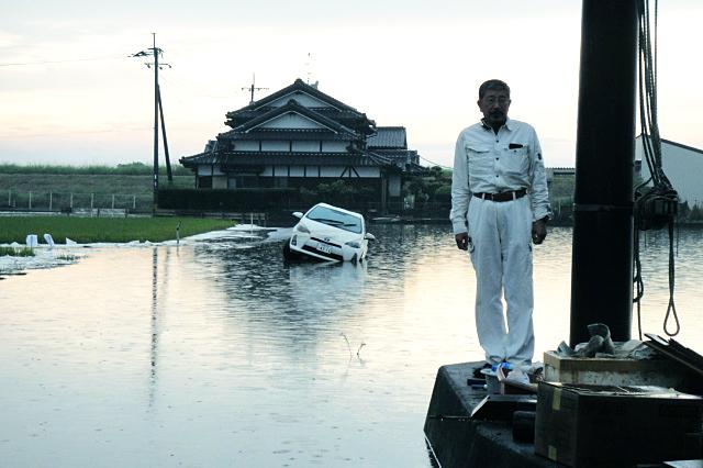 浸水により一時孤立した佐賀県大町町(おおまちちょう)の順天堂病院前で=9月2日<br />