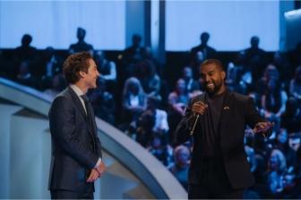 カニエ・ウェスト、米最大の教会の礼拝に出席 コンサート生放送を100万人超視聴 グラハム氏「驚いている」