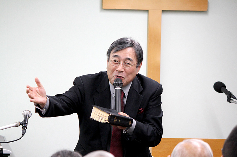 救いのメッセージを語る平岡修治牧師=24日、単立・炎リバイバル教会(東京都足立区)で