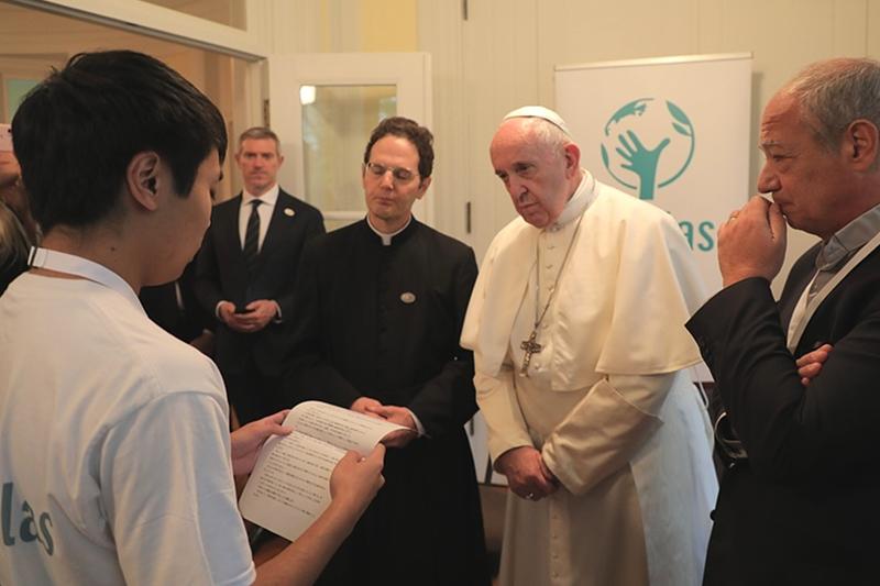 教皇フランシスコ、東京で自身主宰のスコラス・オコレンス財団で学んだ青年らと面会