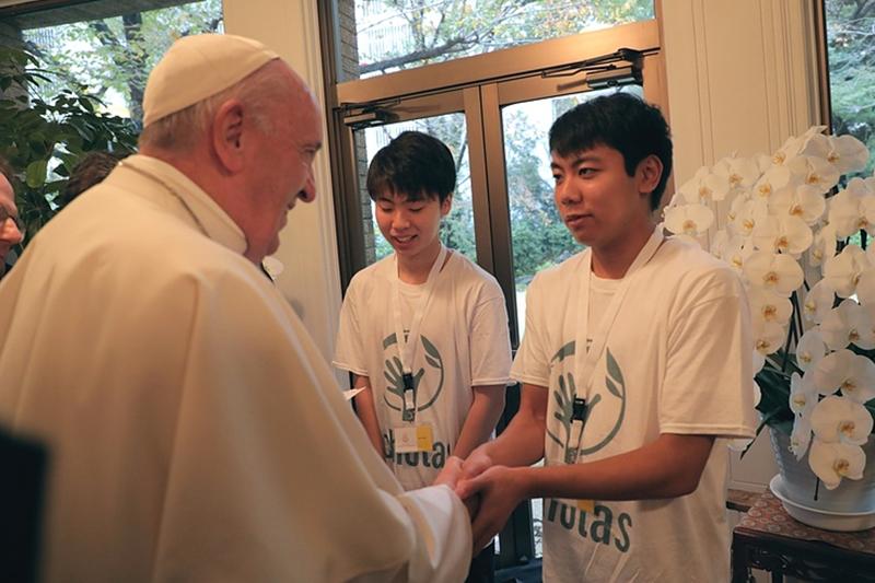 ローマ教皇フランシスコと面会するスコラス・オコレンス財団の教育研修で学んだ青年たち=25日、東京で(写真:同財団提供)