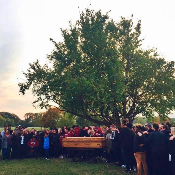 10月に米テネシー州ナッシュビル近郊の自宅で、突然死したトビーマックの長男トゥルエットさん(21)の葬儀の様子(写真:トビーマックのツイッターより)