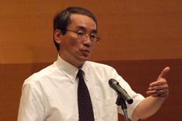 「あらゆる諸国民を私の家へ」と題して聖書から愛国心についてのメッセージを語る東京基督教大神学部長の小林氏=12日、お茶の水クリスチャン・センターで