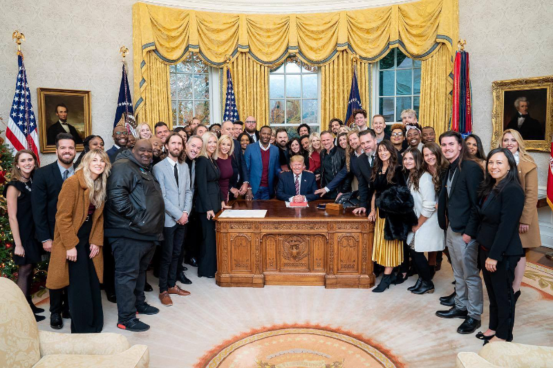 米ホワイトハウスの大統領執務室を訪れ、ドナルド・トランプ大統領(中央)と写真を撮るキリスト教関係者=6日(写真:ホワイトハウス)