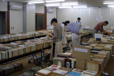 日本基督教団滝野川教会で開催された第28回キリスト教書古書バザールの様子。和書を中心に約5千冊の古書が並び、当時は年間約2万冊を扱っていた=2007年6月5日、同教会(東京都北区)で
