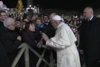 教皇、強引に引っ張られ女性信徒の手をたたく 翌日に謝罪「忍耐失うことある」