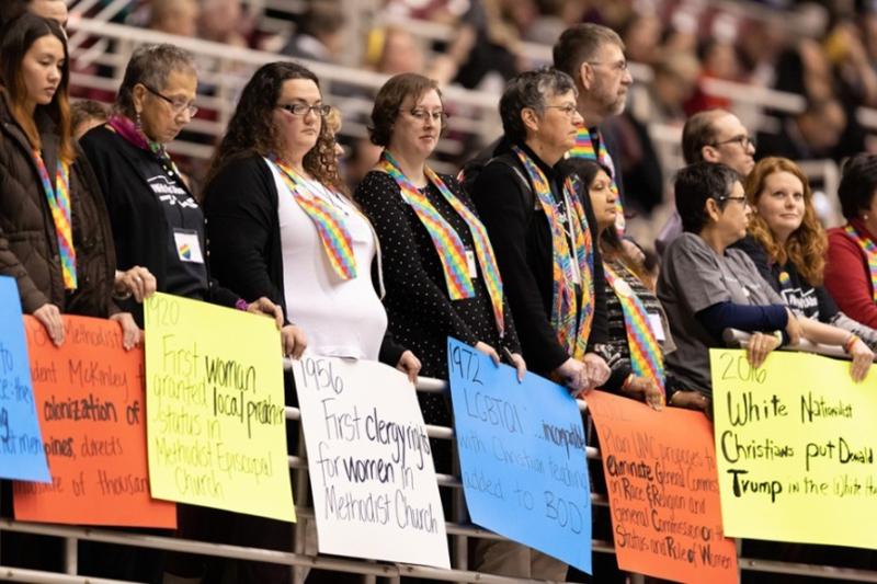 昨年2月に開催された合同メソジスト教会(UMC)の特別総会でLGBT(性的少数者)の完全な受け入れを訴える人々=2019年2月25日、米ミズーリ州セントルイスで(United Methodist News Service / Paul Jeffrey)<br />