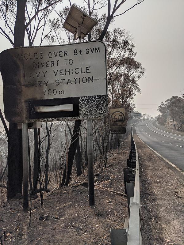 森林火災により焼けた道路標識=1月5日(写真:Classy Melissa)