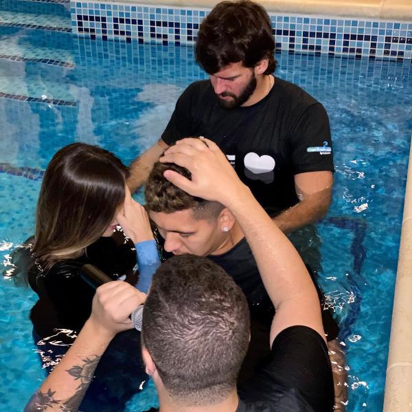 洗礼を受けるロベルト・フィルミーノ(写真:フェルミーノのインスタグラムより)