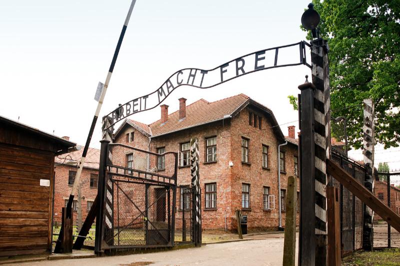 「働けば自由になる」と記されているアウシュビッツの第1強制収容所の門=2010年撮影(写真:xiquinhosilva)