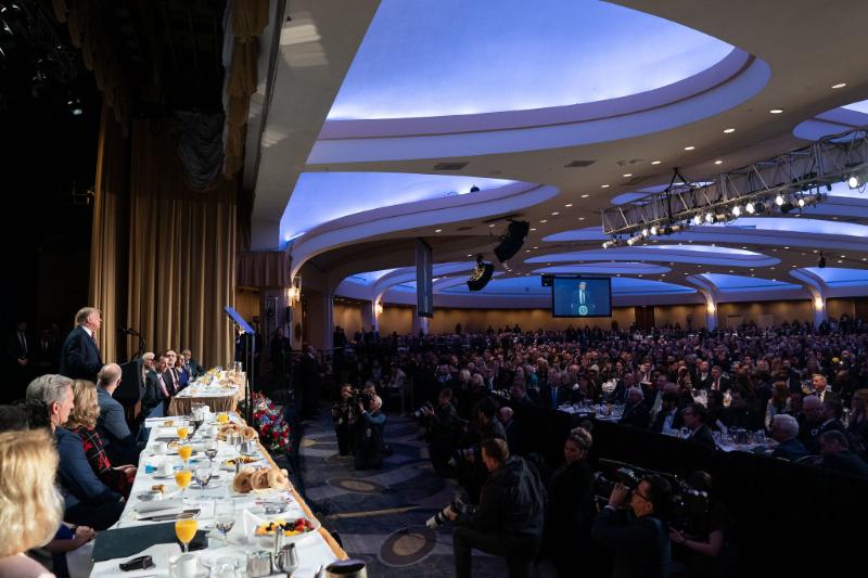 毎年2月第1木曜日に開催される米国家朝餐祈祷会。現職の大統領が出席することが伝統となっており、例年100カ国以上から、さまざまな国籍、宗教、政治的背景を持つ3千を超える人々が参加する=6日、米首都ワシントンで(写真:ホワイトハウス / Joyce N. Boghosian)