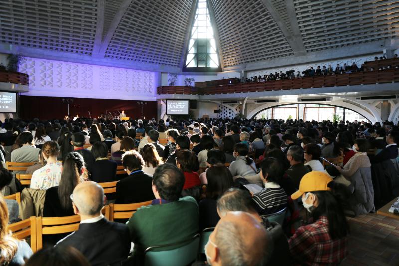 約850人が詰め掛け、2階席も埋まるほどにいっぱいとなった会場=11日、淀橋教会(東京都新宿区)で<br />